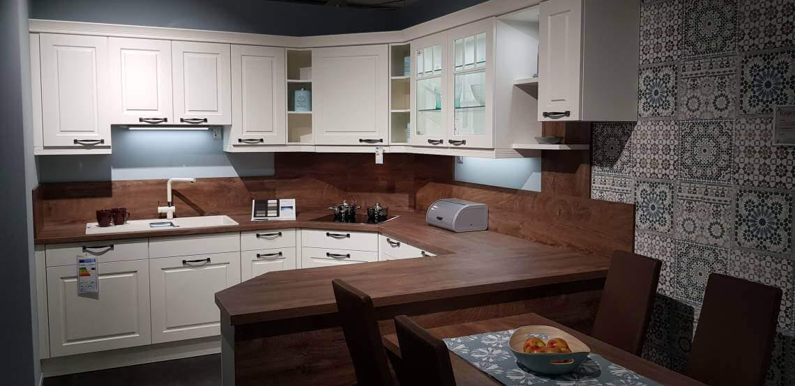 Dies ist ein Foto einer klassischen Landhausküche in weiß, braun