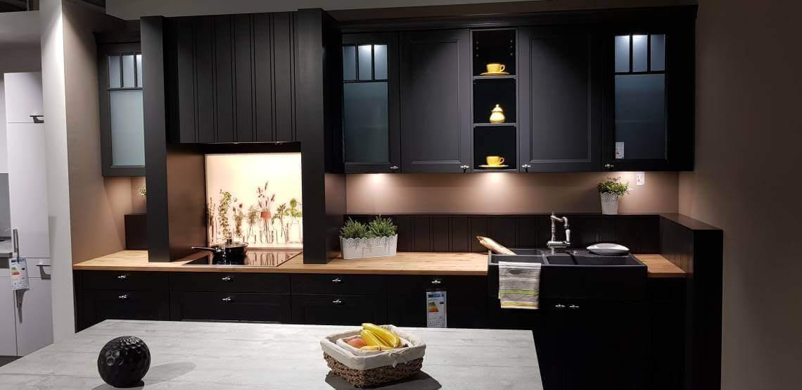 Dies ist ein Foto von einer schwarzen Küchenzeile im Landhausstil