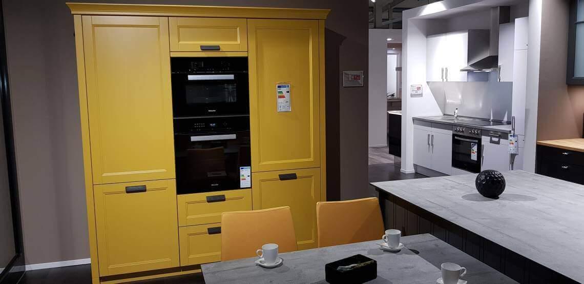 Dies ist ein Foto von einem Küchenblock im Landhausstil in der Farbe gelb
