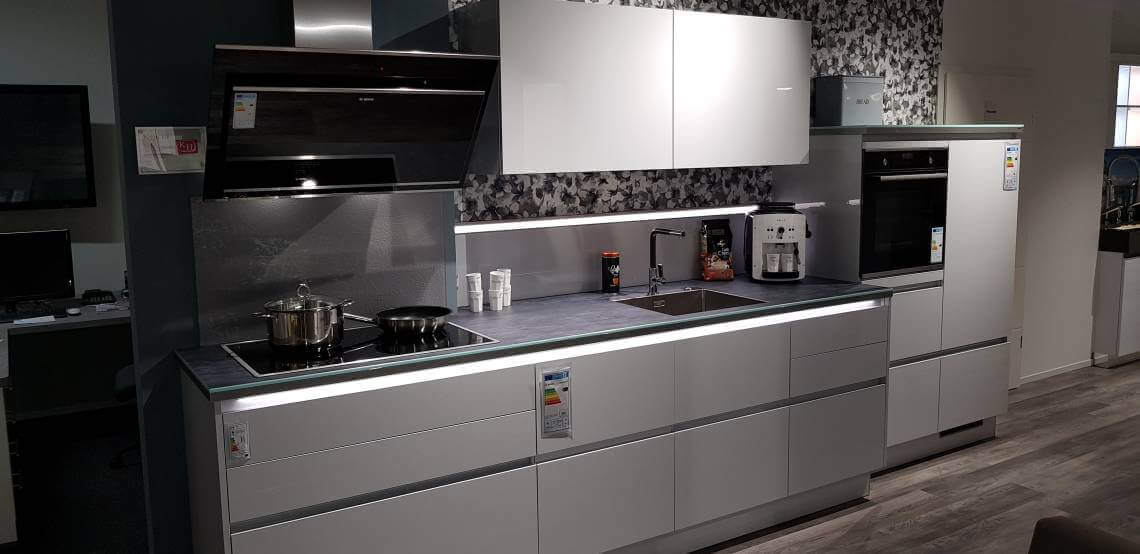 Dies ist ein Foto einer modernen grifflosen Küchenzeile in der Farbe weiß hochglanz