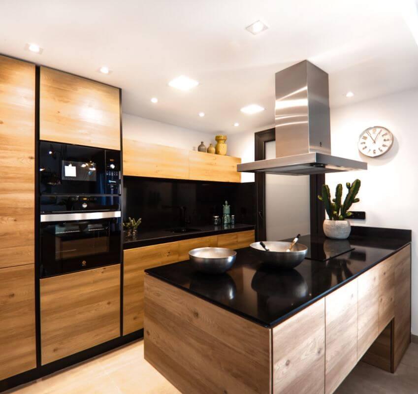 Holzfront und Granitarbeitsplatte der modernen Stilküche