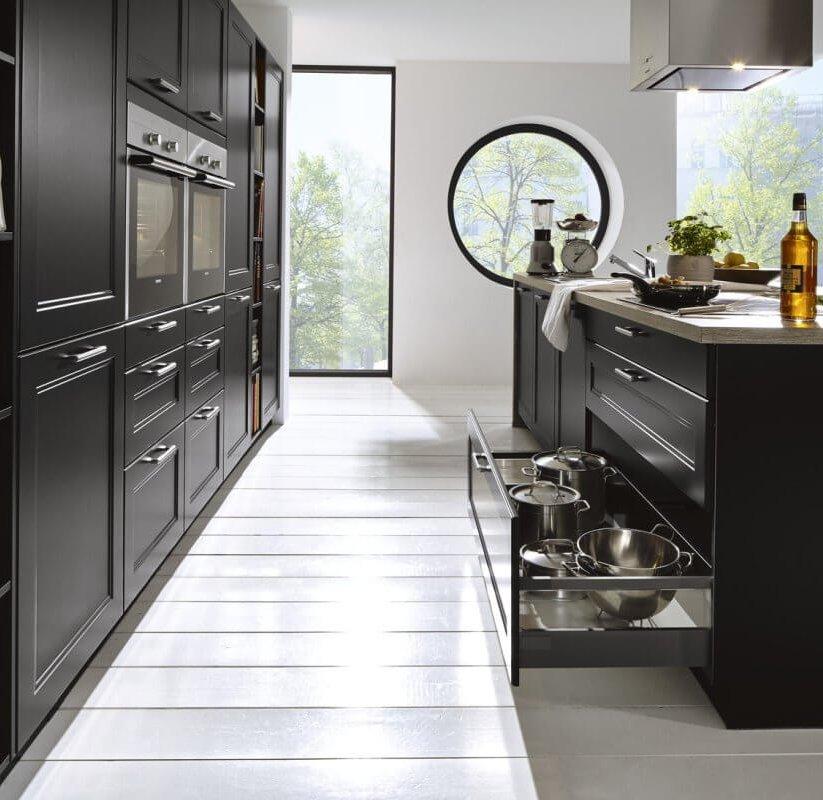 schwarze Landhauskueche der Küchencheckliste