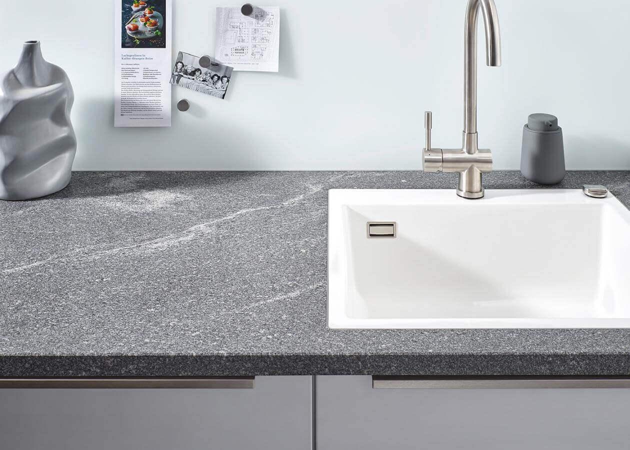 Kuechenbeispiel Natursteinarbeitsplatte Elegant Grey